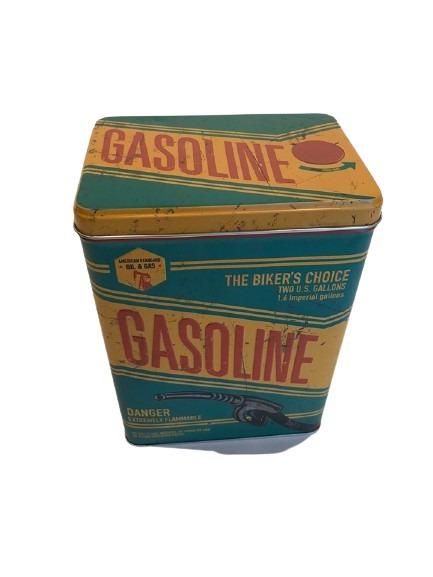 Plåtburk som är både matt och präglad, gasoline.