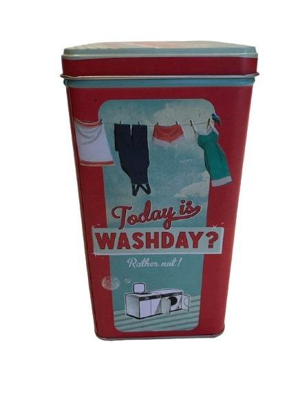 Burk för tvättmedel i plåt, kläder på tork på en lina som motiv bland annat.
