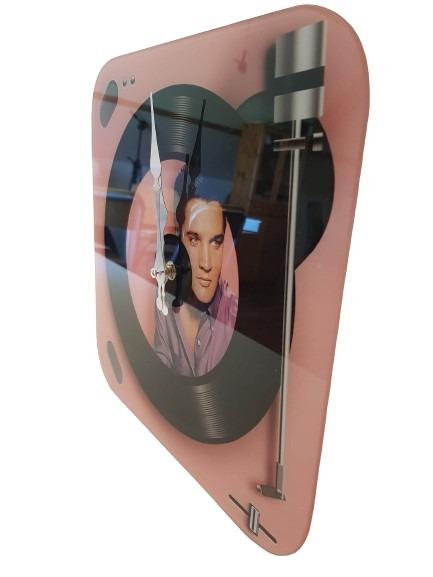 Glasklocka som ser ut som en lp-spelare, den spelar Elvis Presley, rosa och svart.