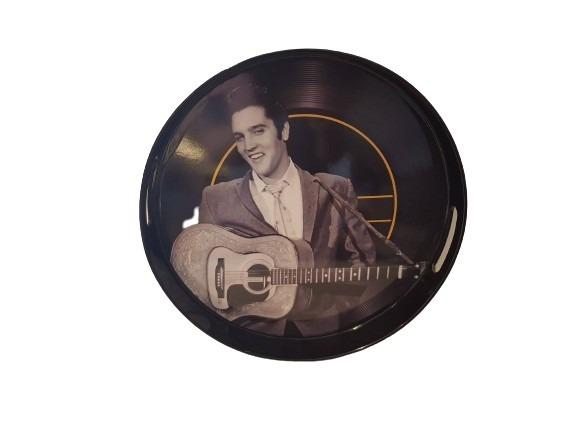 Elvis Presley spelar gitarr är motivet på denna rejäla bricka i plast med handtag, svart.