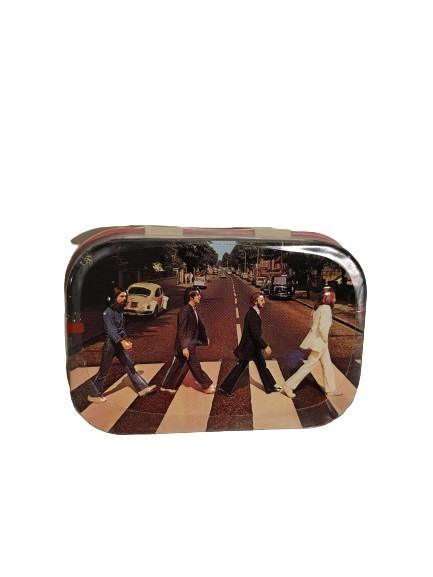 Beatles i London som motiv på denna plåtask för minttabletter.