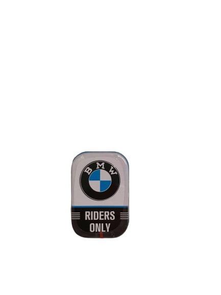 BMW Riders Only som motiv på denna mintask i plåt.