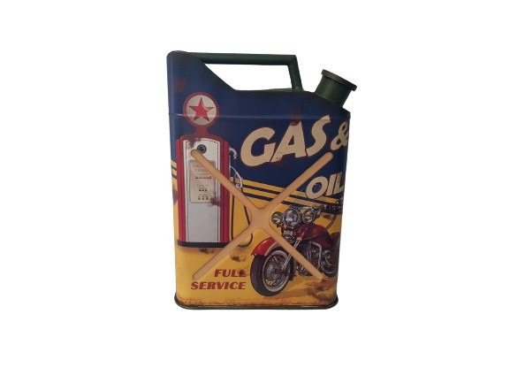 En bensindunk som en plåtskylt, gas & oil, full service, blå och gul.