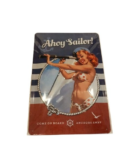 En kvinnlig kapten i bikini med en teleskopkikare på en segelbåt, ahoy sailor.