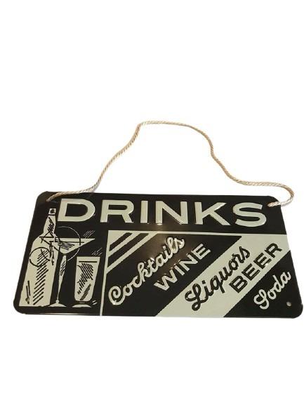 Plåtskylt med text på drinks, cocktails mm, svart och vit med snöre.