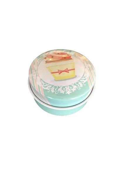 En grön miniburk i plåt, stor cupcake som motiv på locket.