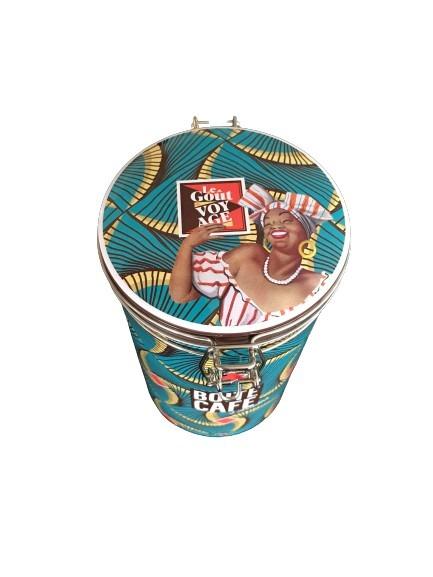 The taste of travel är temat på denna runda kaffeburk i plåt.