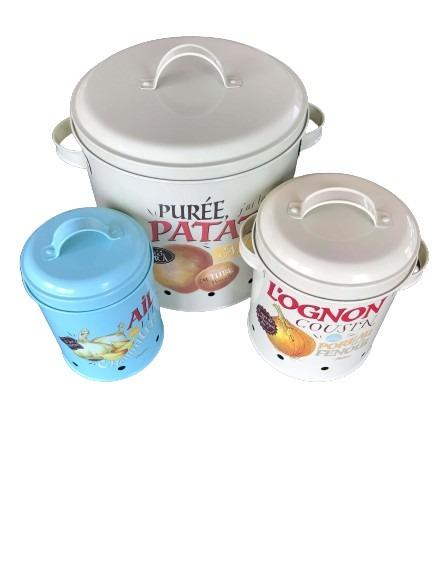 Förvaringsburkar i plåt för potatis, lök och vitlök.