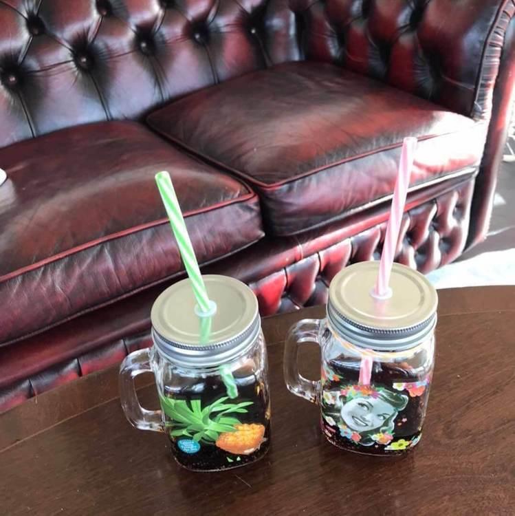 Mason jars med coca cola i.