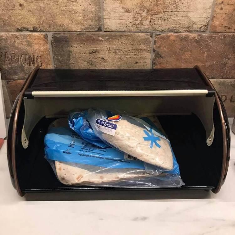 Brödlåda i plåt, öppnad med bröd i.