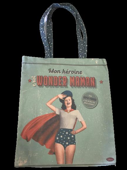 En tygväska med en mammahjälte som motiv, wonder maman.