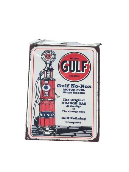 Plåttskylt med gammal bensinpump som motiv, Gulf.