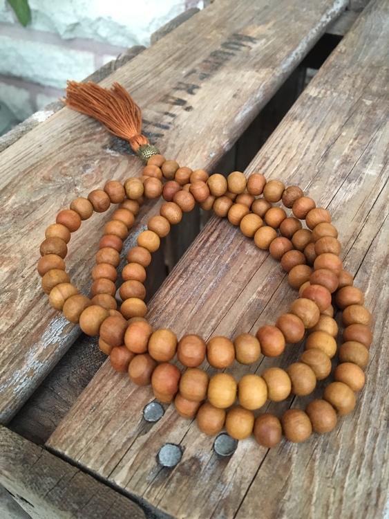 Långt halsband – Mala sandelträ