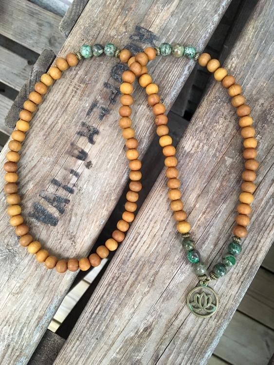 Långt halsband – Lotus & sandelträ