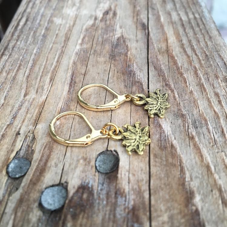 Örhängen – Lotusblommor, guld