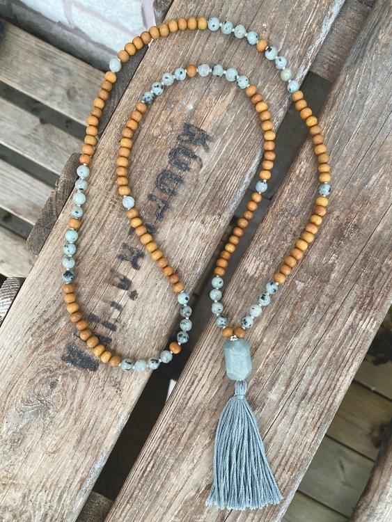 Långt halsband – Sandelträ, sesamjaspis & akvamarin