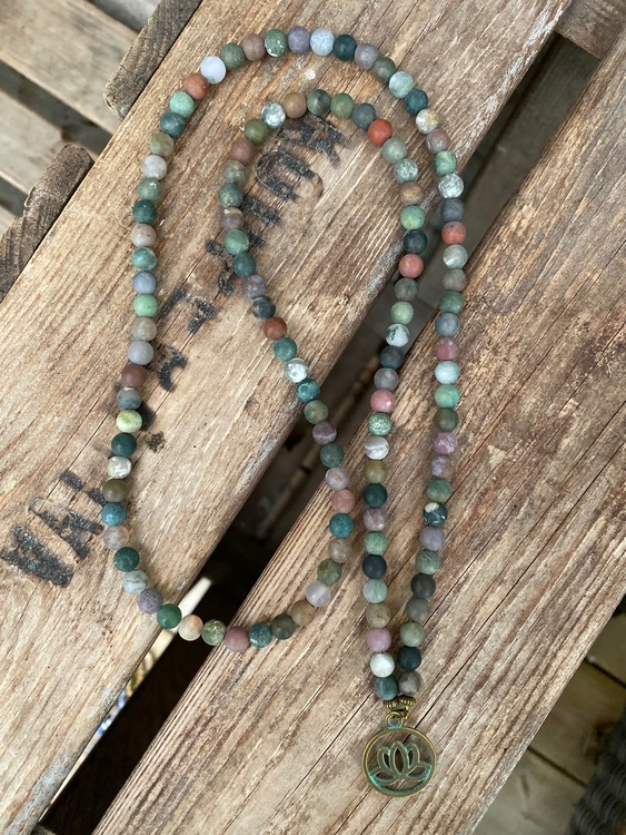 Långt halsband – Agat & lotusblomma