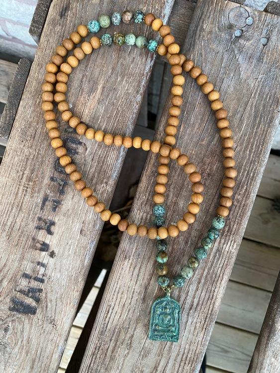 Långt halsband – Antik buddha & sandelträ