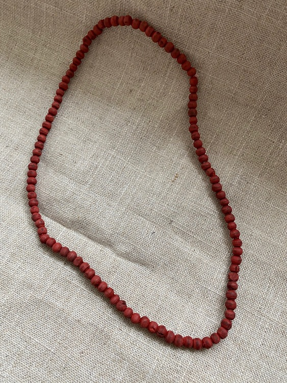 FYND – Kort halsband med rödfärgad tulsi