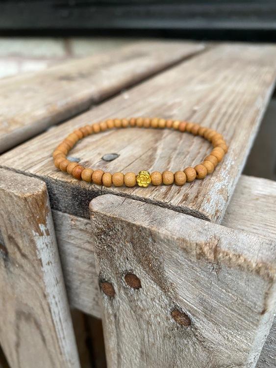 Armband – Sandelträ & blomma