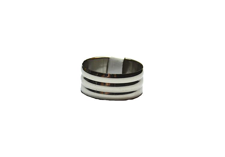 Silverfärgad bred stålring