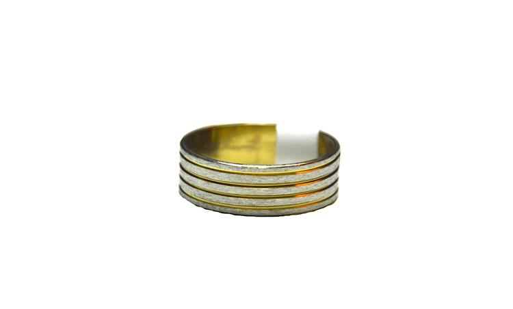Silverfärgad stålring med smala guldränder