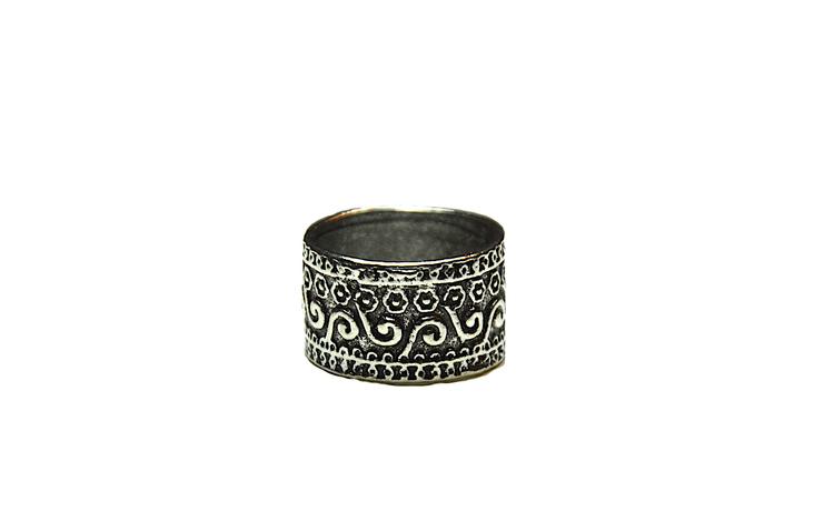 Silverfärgad bred ring
