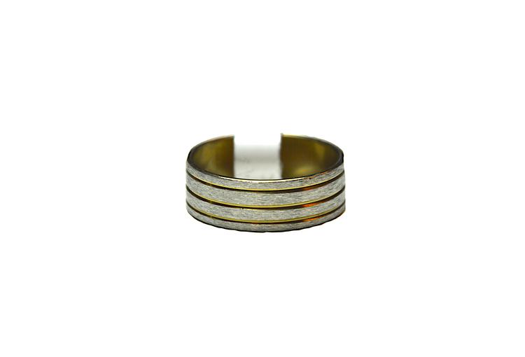 Silverfärgad ring med guldfärgade ränder