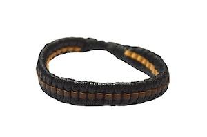 Svart armband med läderinslag