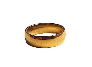 Slät guldfärgad stålring