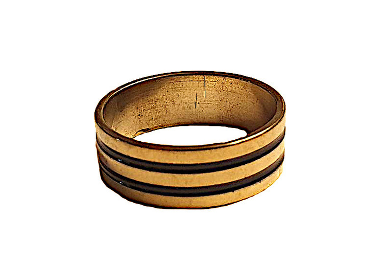 Guldfärgad stålring med svart ränder