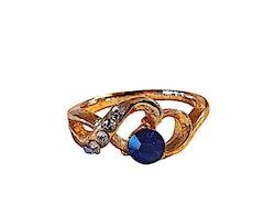 Guldfärgad ring med stenar