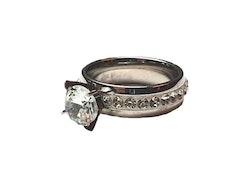 Silverfärgad ring med stenar
