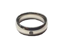 Slät silverfärgad ring med liten sten