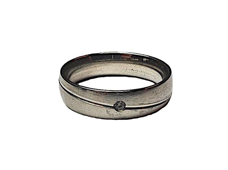 Silverfärgad stålring med liten sten