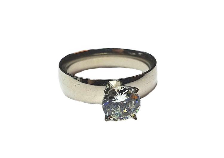 Silverfärgad stålring med sten