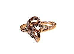 Guldfärgad ring med strasstenar