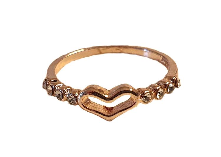 Guldfärgad ring med strasstenar och hjärta