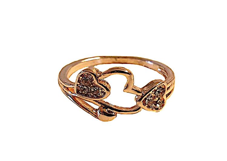 Guldfärgad ring med strasstenar och hjärtan