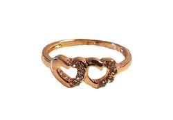 Guldfärgad ring med hjärtan