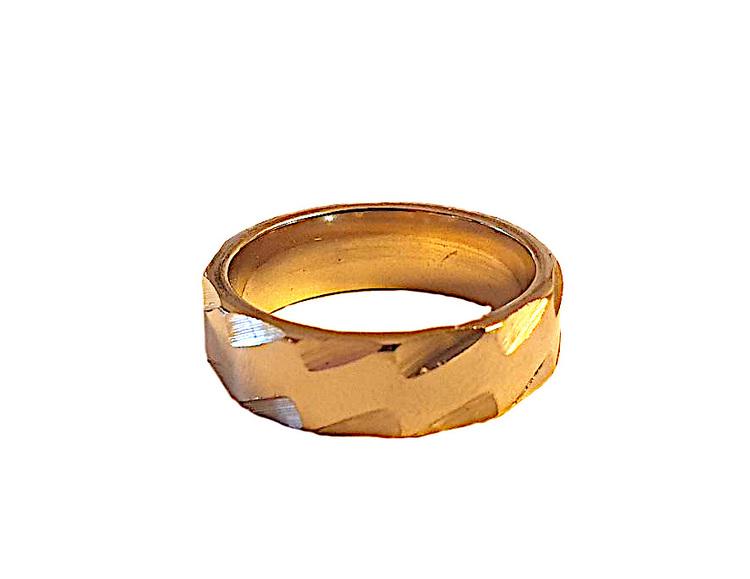 Guldfärgad stålring