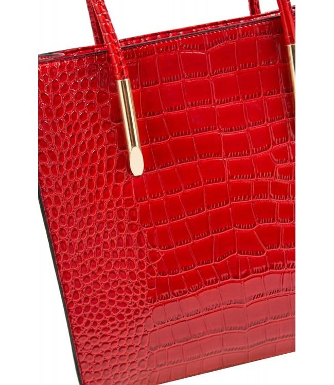 Röd väska med krokodilmönster