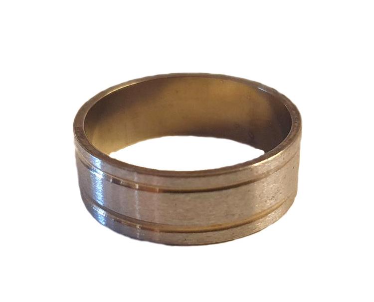 Silverfärgad ring med guldränder