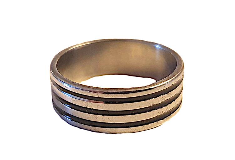 Silverfärgad kraftig stålring med ränder
