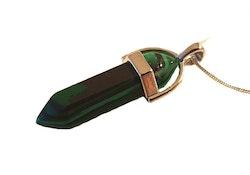 Halsband med spetsformat hänge i grönt