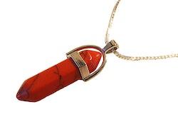 Halsband med spetsformat hänge i rött