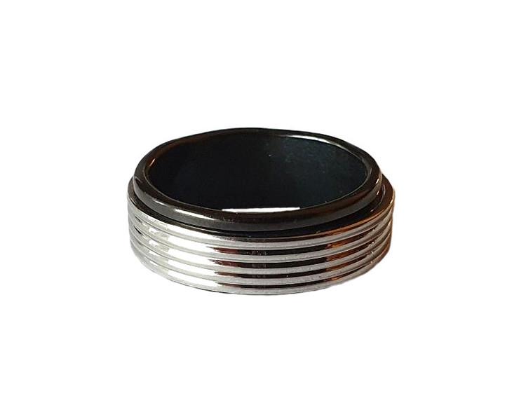 Svart och silverfärgad stålring