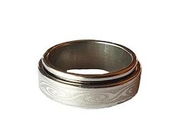 Silverfärgad stålring med mönster