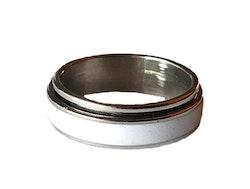 Silverfärgad stålring med vit rand