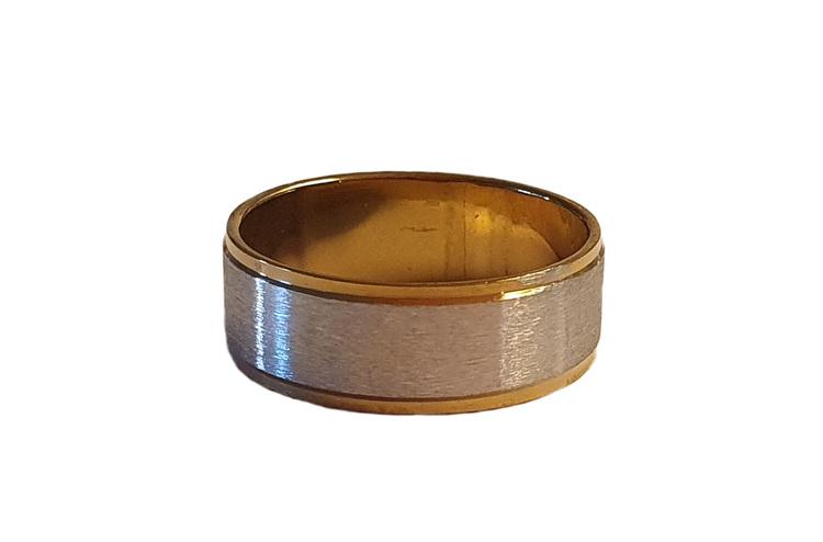 Silverfärgad stålring med guldkant